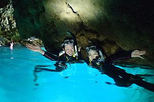 青の洞窟でシュノーケリングを楽しむ女性二人組